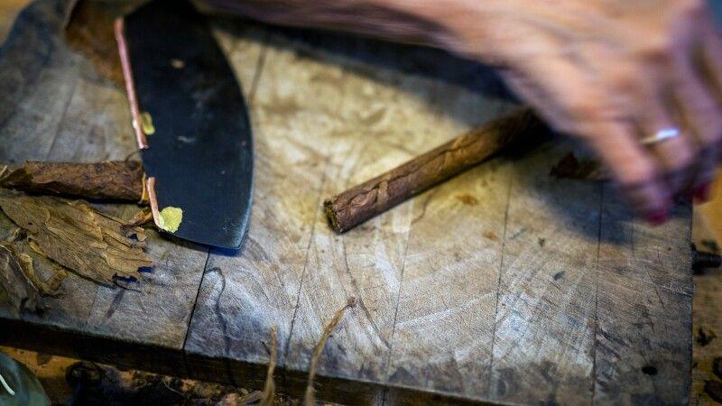 Tabakdreherin auf Kuba © Diamir