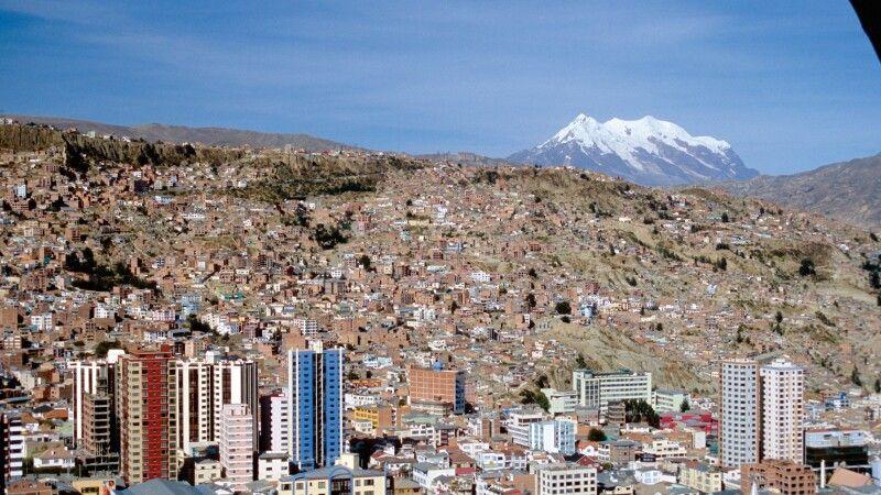 Blick auf La Paz mit Hausberg Illimani © Diamir