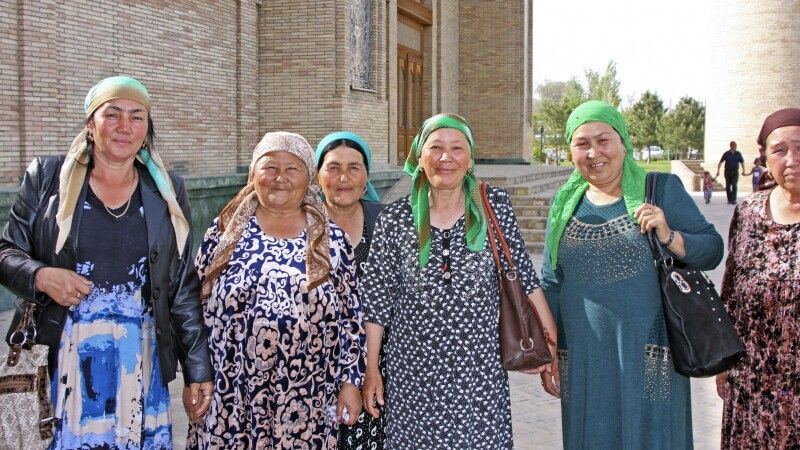 Taschkent - Begegnung an der Barak Khan Moschee © Diamir