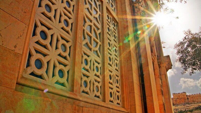 Fenster der Kirche aller Nationen im Garten Gethsemane in Jerusalem © Diamir