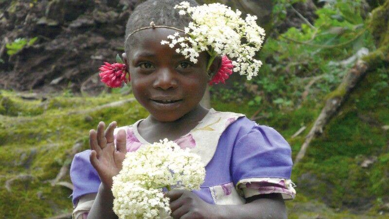 Kleines Blumenmädchen in Ruanda  © Diamir