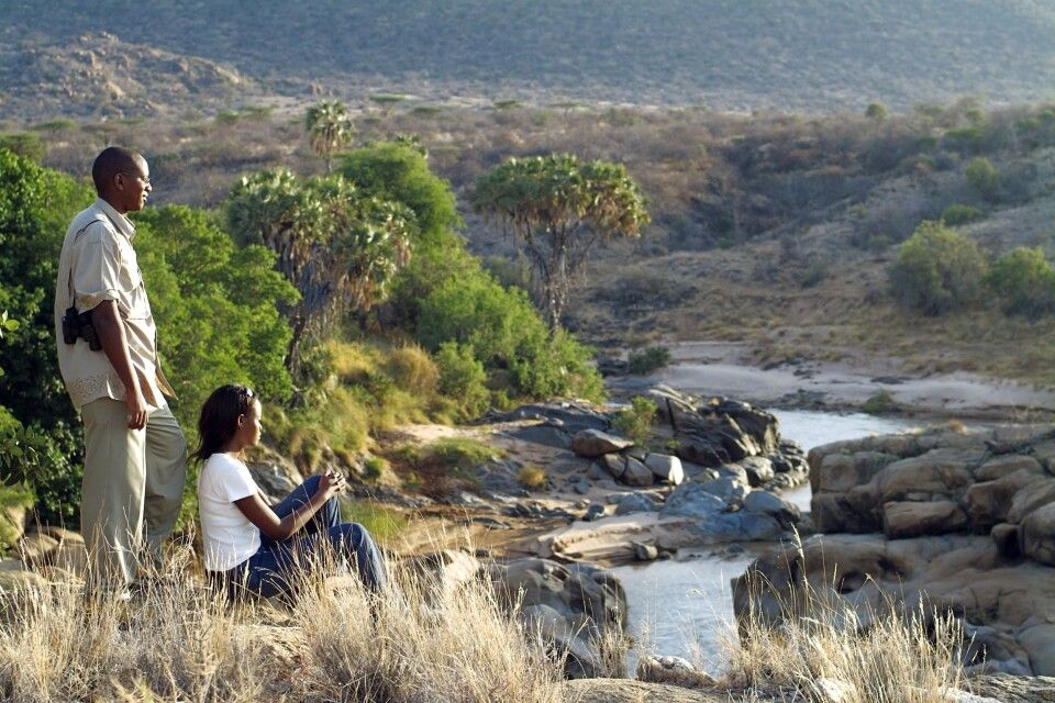 Gäste genießen den Ausblick auf den Fluss