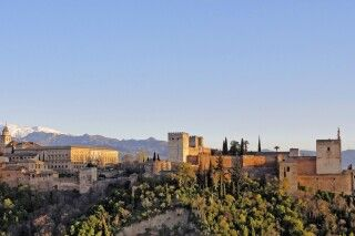 Die berühmte Alhambra im Abendlicht