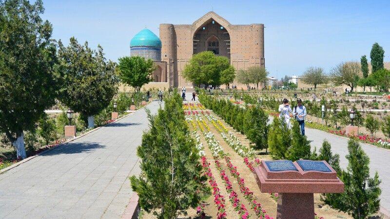 Südkasachstan - Moschee von Turkistan (Fernansicht) © Diamir