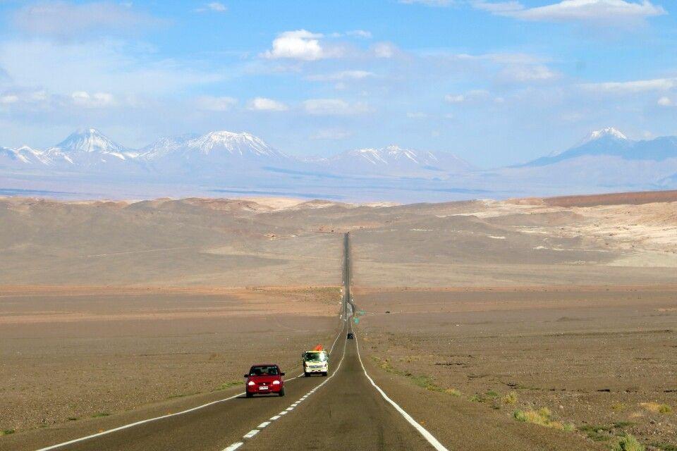 Einsame Straße in der Atacama-Wüste