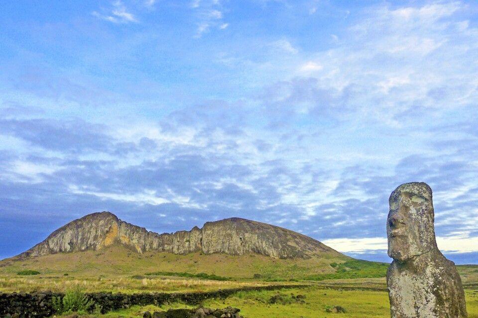 Moai mit Kegel des Ranu Raraku auf der Osterinsel