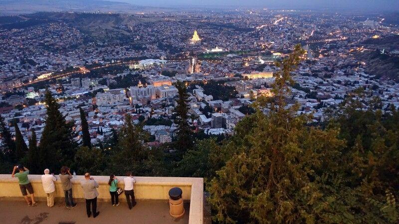 Blick auf Tiflis vom Mtatsminda-Park © Diamir