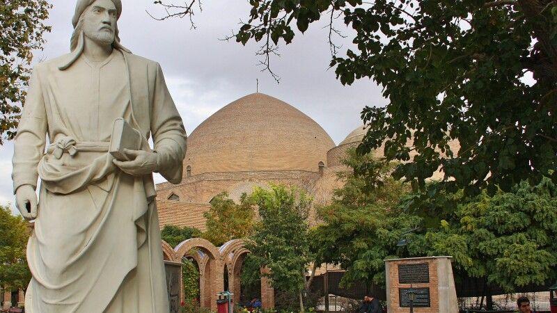 Blaue Moschee und Statue in Tabriz © Diamir