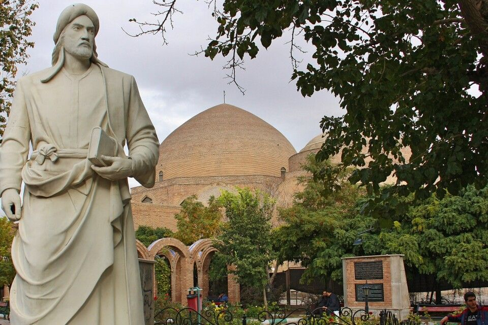 Blaue Moschee und Statue in Tabriz