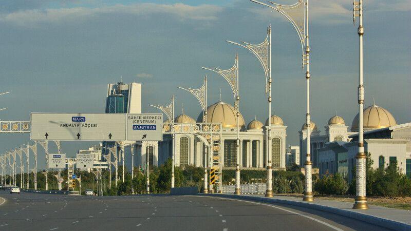 Autobahn in Ashgabat © Diamir