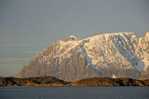 Kleine Hügel werden von mächtigen Bergen überragt