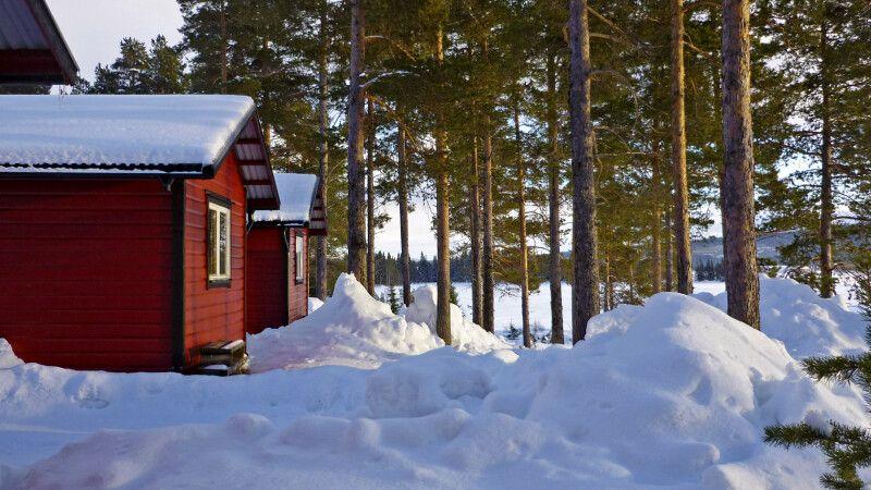 Die gemütlichen Hütten direkt am See © Diamir