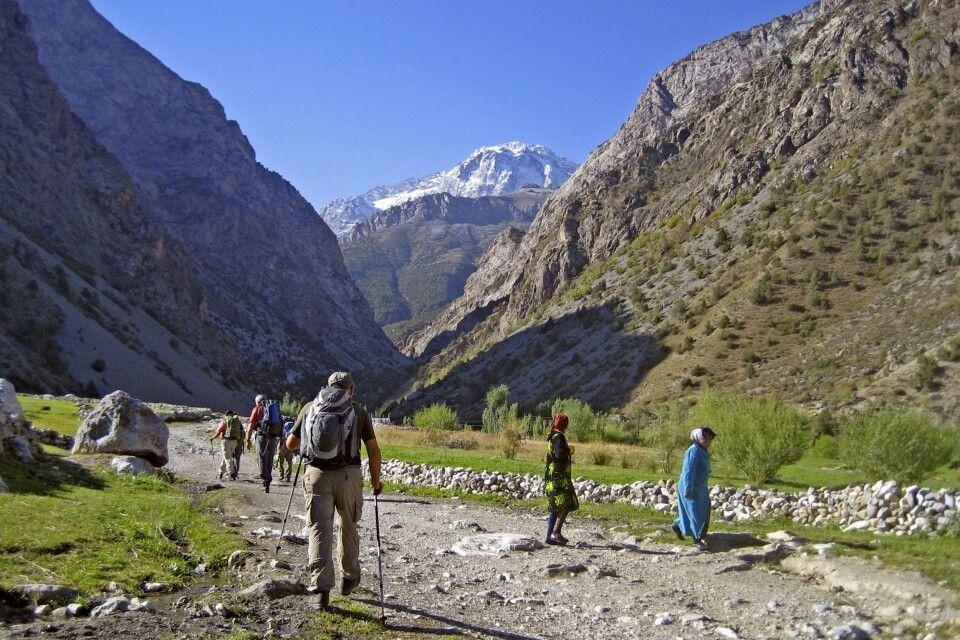 Start des Trekkings im Artuschtal – im Hintergrund erhebt sich die Kulikalonkette