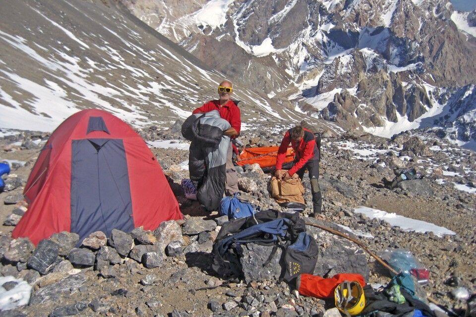 Für die Gipfelstürmer Aufbau des Hochlagers auf 4700m am Fuße des Pik Energie
