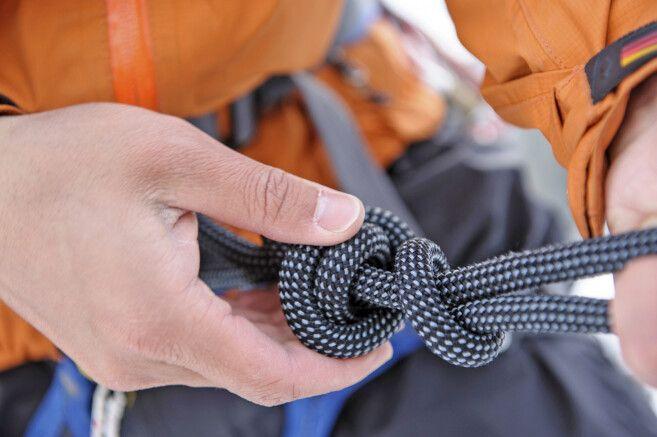 Die Bergsteiger machen Ihre Ausrüstung bereit
