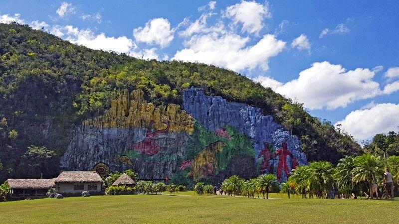 "Zu Ehren der indigenen Bevölkerung geschmückte ""prähistorische"" Wand im Viñales-Tal © Diamir"