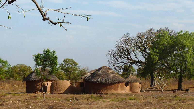 Ghana, Dorf, Huette © Diamir