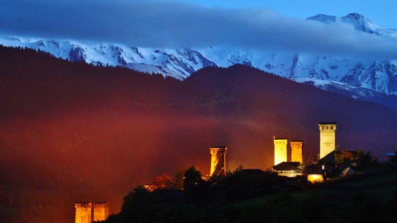 Wehrtürme in Mestia bei Nacht © Diamir