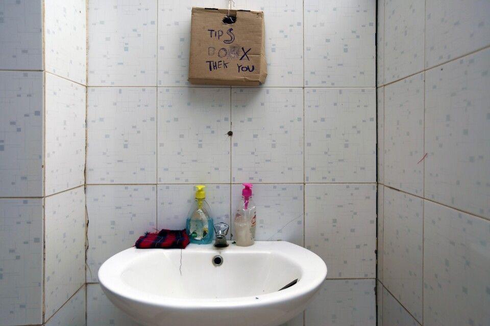 Andere Länder, andere Sitten…    Trinkgeldkasse direkt am Waschbecken einer Toilette mitten in der Serengeti. Auch dieses Motiv erzählt eine Geschichte…