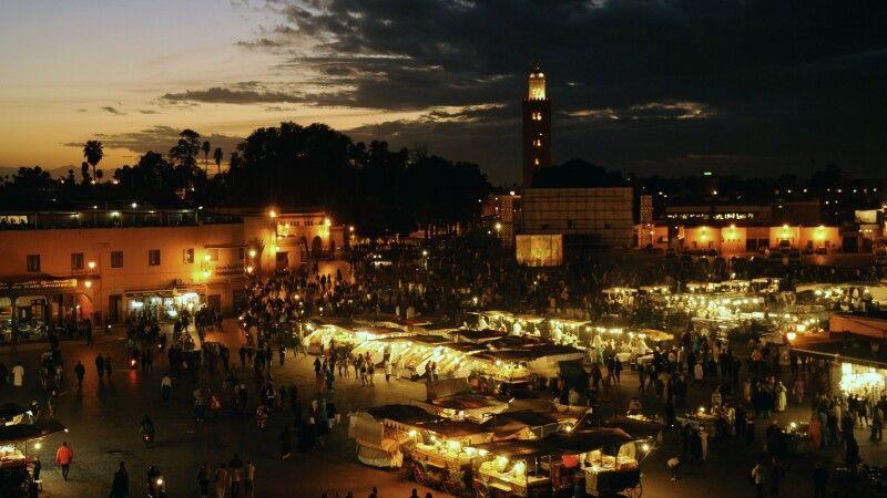 Abendstimmung auf Djemaa el-Fna, Marrakesch, Marokko © Diamir
