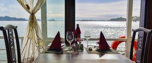 Blick auf die Halongbucht aus dem Speisesaal einer Dschunke von La Fairy Sails