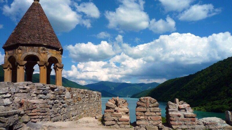 Blick von der Ananuri-Kirche auf den Zhinvali-See. © Diamir