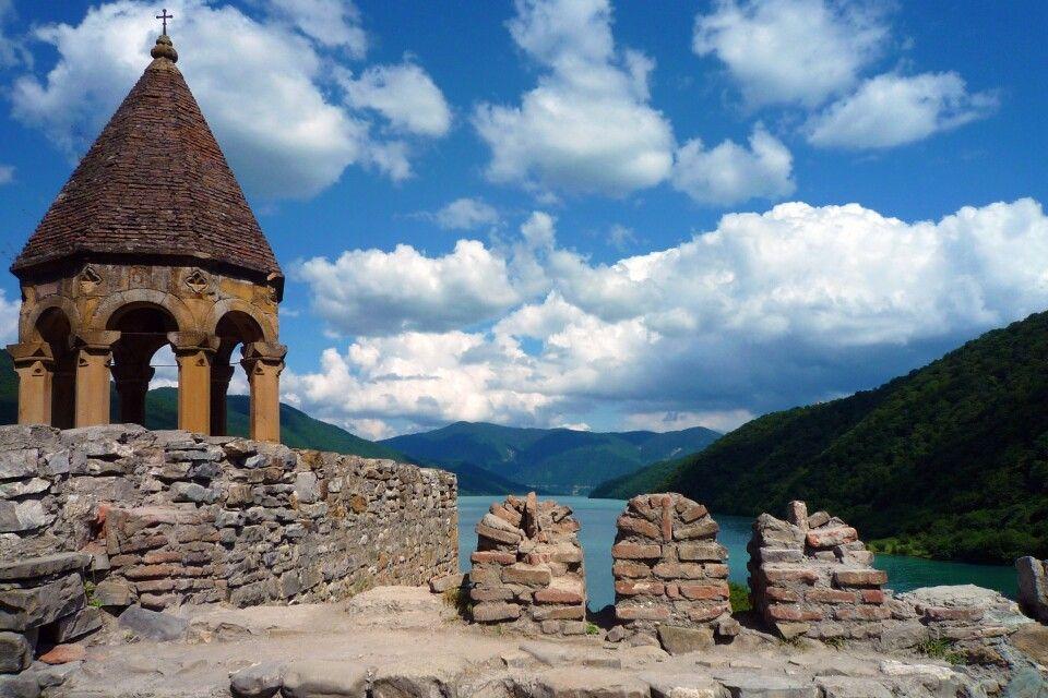 Blick von der Ananuri-Kirche auf den Zhinvali-See.
