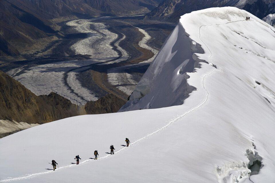 Auf dem luftigen Grat verläuft der Aufstieg zwischen dem ersten und zweiten Hochlager des Spantik.