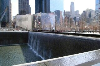 Der große Brunnen des 9/11 Memorials