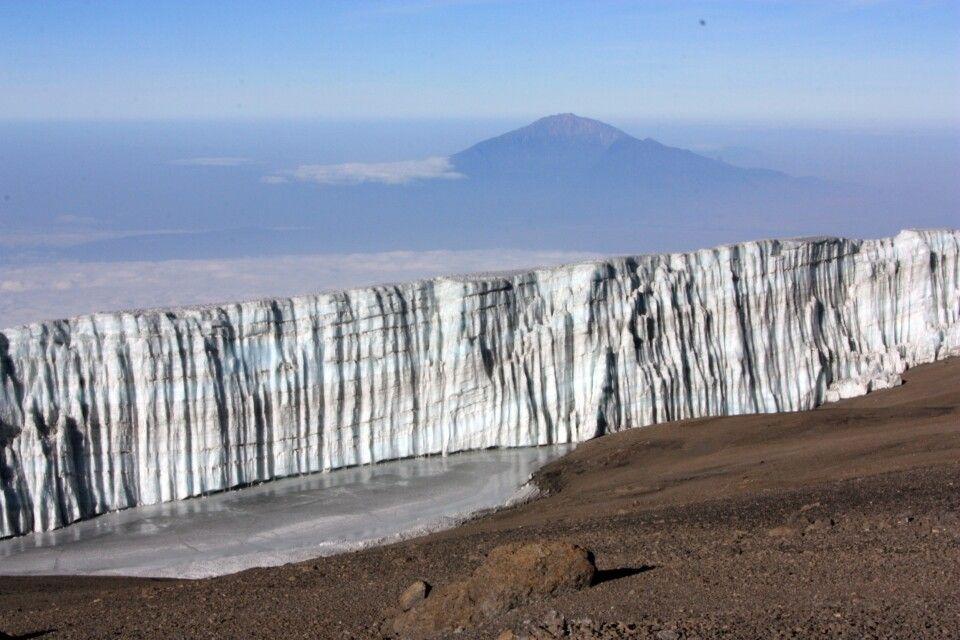 Schon weit oben: Vor uns liegt der Kersten Gletscher, im Hintergrund der Mt. Meru.