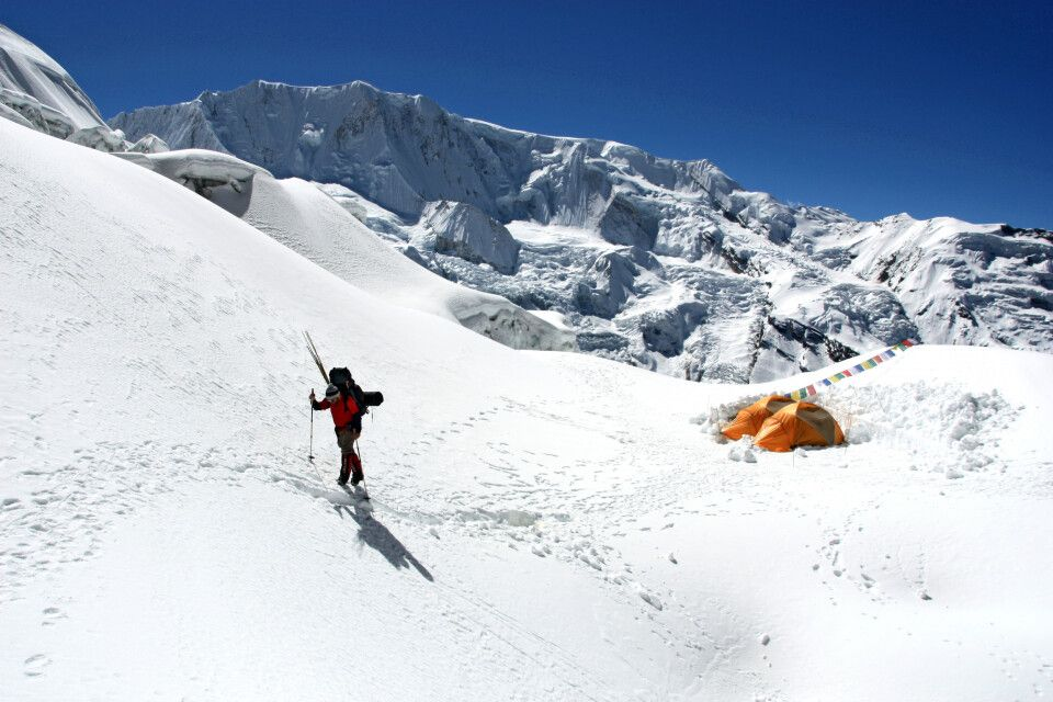 Das Lager 1 liegt windgeschützt auf dem Gletscher
