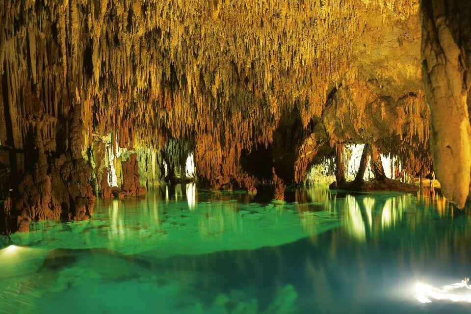 Zauberhaftes Farbenspiel in einer Cenote