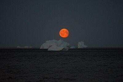 Mondaufgang über Eisbergen
