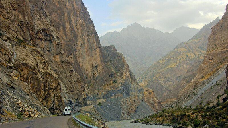 Entlang der tadschikisch-afghanischen Grenze nach Kalaikum. © Diamir