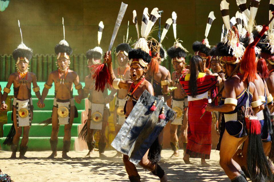 buntes Tanzspektakel der Ethnienin Kohima auf dem Hornbill Festival