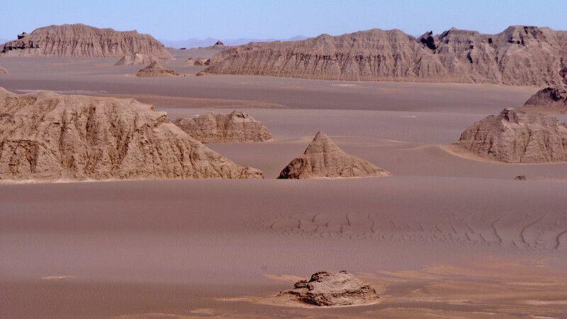 Wüste Dasht-e Lut Pflanze – die Kaluts – Steinformationen © Diamir