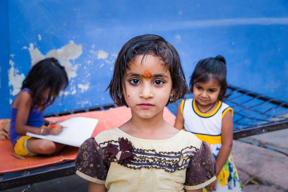 lachende und freundliche Kinder trifft man des Öfteren in Indien