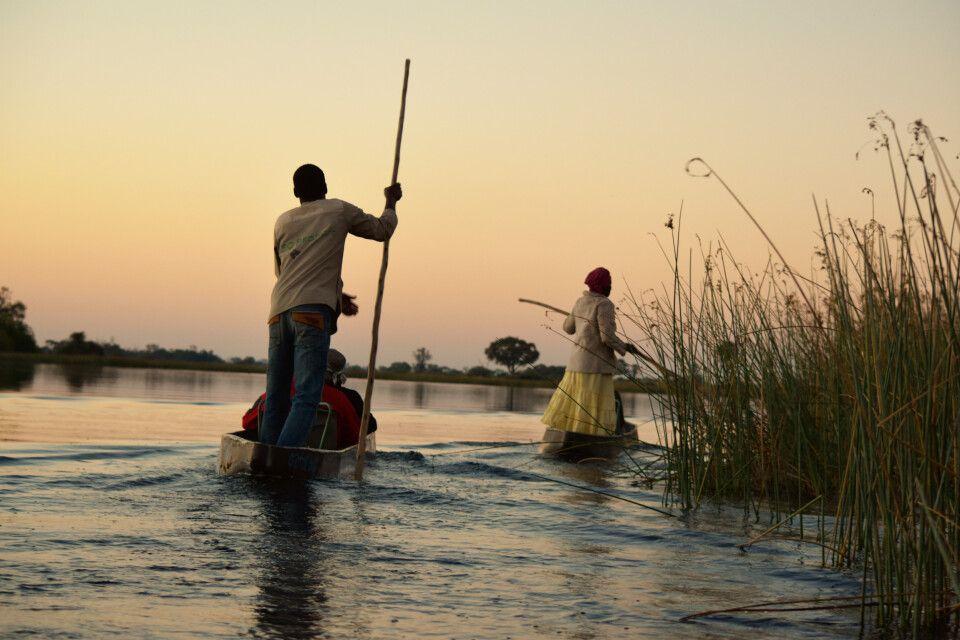 Im Okavango-Delta mit dem Mokoro in die Abenddämmderung