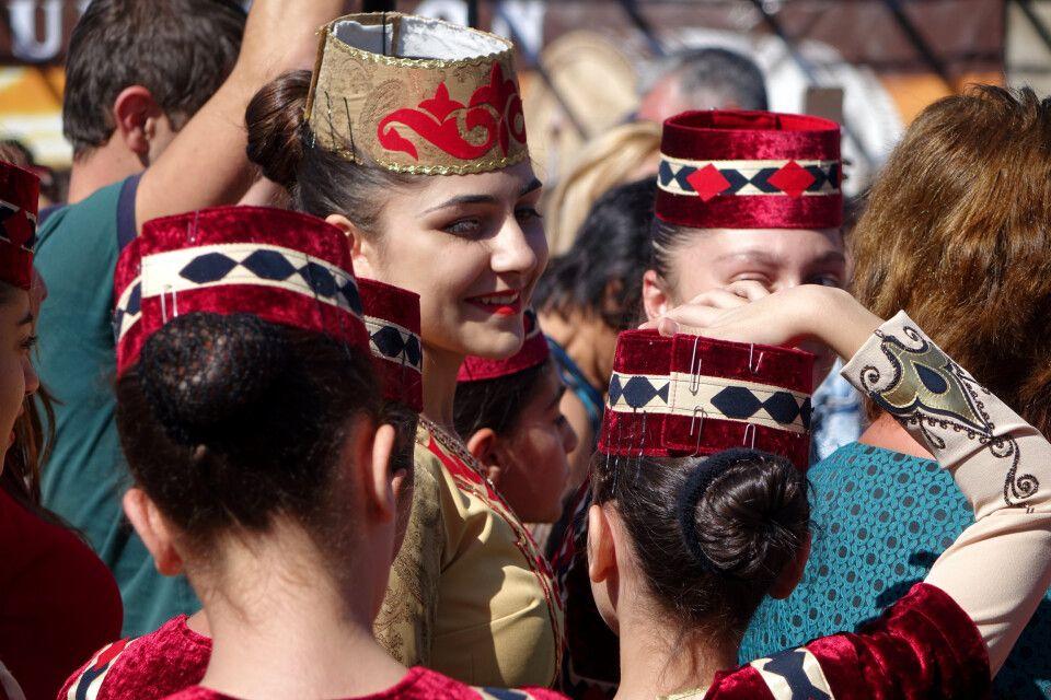 Armenierinnen mit Trachten