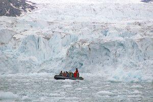 Das Zodiac wirkt winzig vor der Gletscherwand