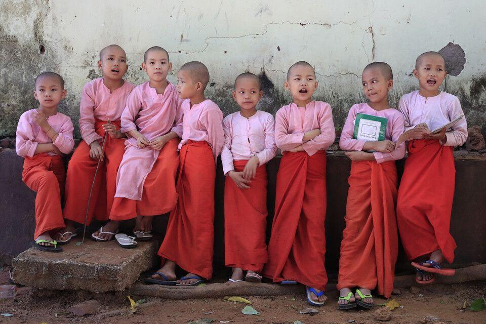 Gruppe von Nonnen im Kloster Naga bei Yangon