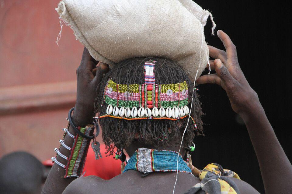 Toposa-Frau mit typischem Perlenschmuck