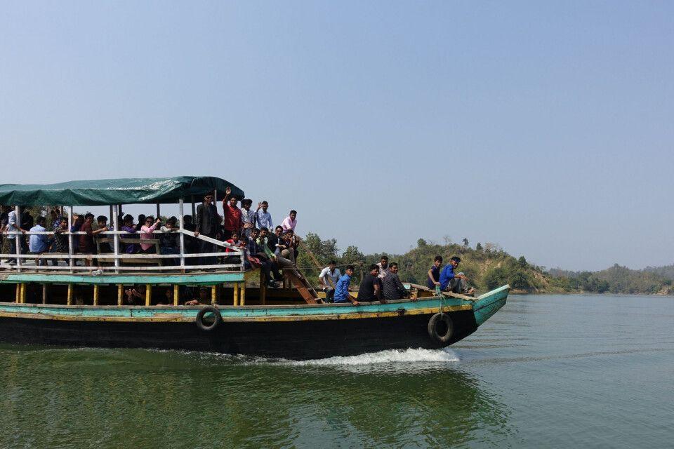 Ausflugsschiff mit Einheimischen auf dem Kaptai-Stausee