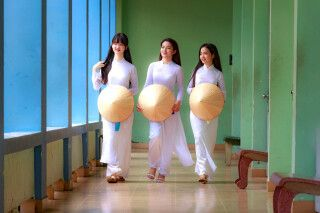 Unterwegs im Ao Dai, der traditionellen Tracht der Vietnamesinnen