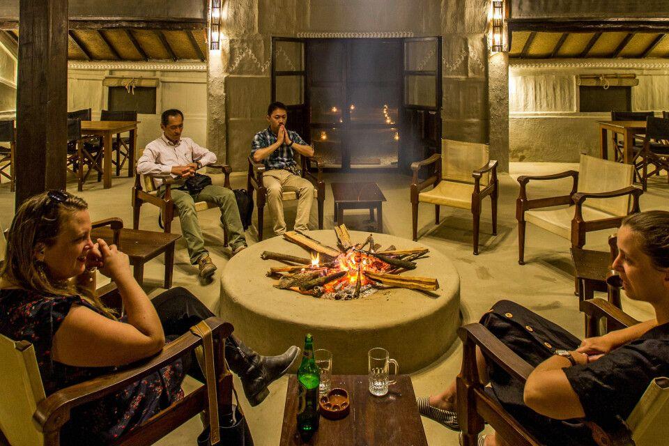 Lounge der Tiger Tops Tharu Lodge