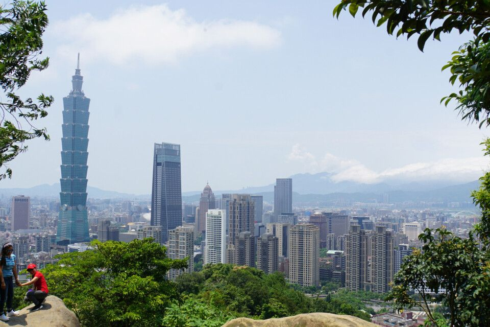 """Bei so schönem Wetter ist ein Treppenaufstieg auf den """"Elephant Mountain"""" in Taipeh ein absolutes Muss. Dafür wird man dann mit einem grandiosen Ausblick auf Taipeh belohnt! Die Felsen laden zum Selfie vor der Stadtkulisse mit dem Taipei101水舞廣場, einem der höchsten Wolkenkratzer der Welt, ein!"""