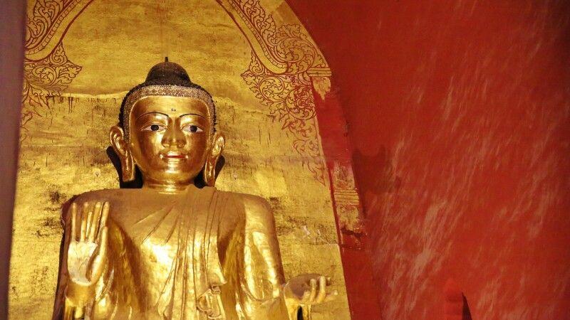 großer stehende Buddha im Ananda-Tempel in Bagan  © Diamir