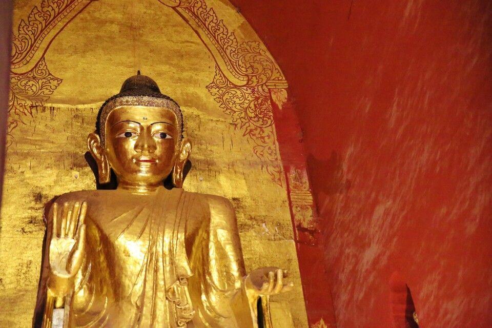 großer stehende Buddha im Ananda-Tempel in Bagan