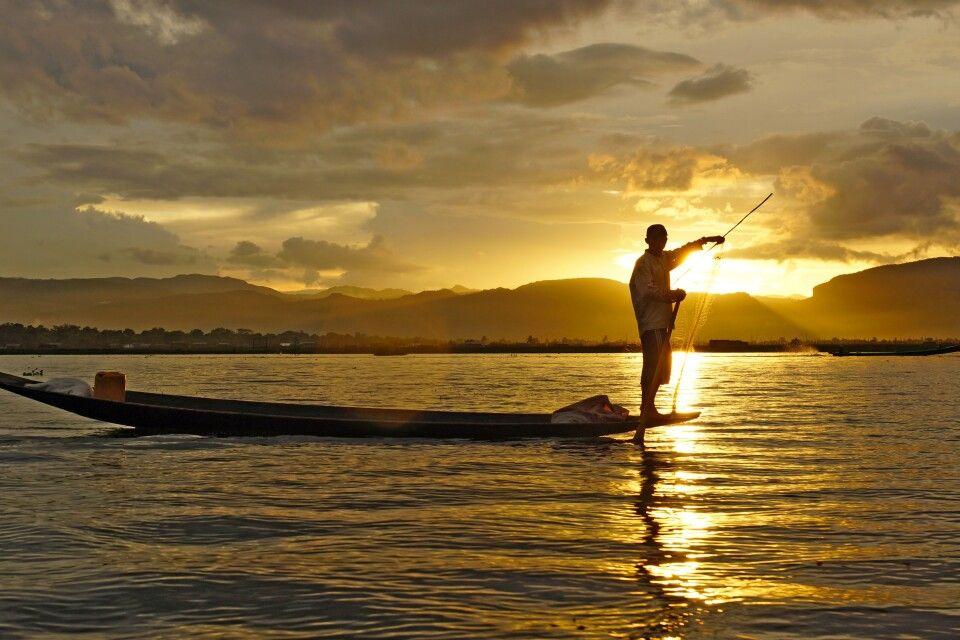 Sonnenuntergang über dem ruhigen Inle-See
