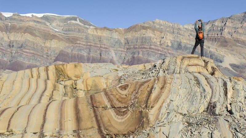 Das farbenprächtige Gestein ist ein tolles Fotomotiv © Diamir